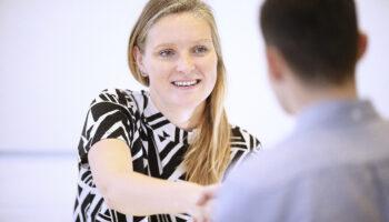 Ung kvinde til jobsamtale